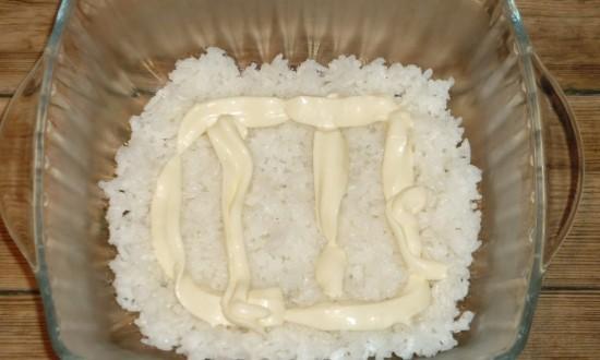 Выкладываем отварной рис