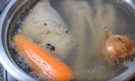 варим мясо с морковью и луком