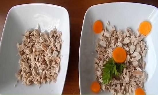 раскладываем мясо в миски для заливного
