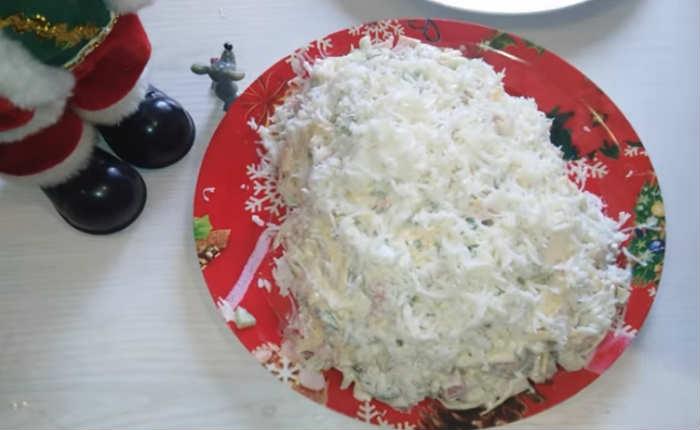 обсыпаем салат белком