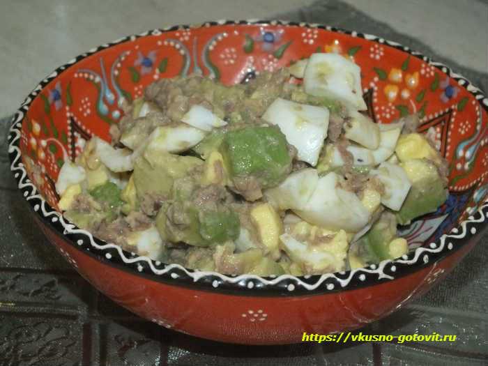 салат из тунца, авокадо и яйца