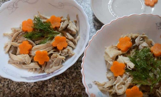 раскладываем мясо морковь в миски для заливного