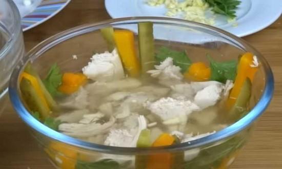 укладываем ингредиенты в салатник для заливного