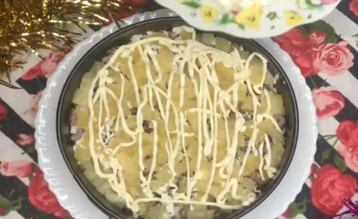 слой ананасов с майонезом
