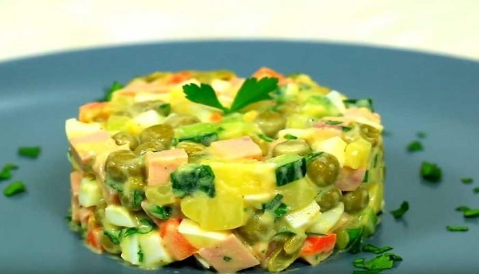 Салат оливье с колбасой и свежими огурцами