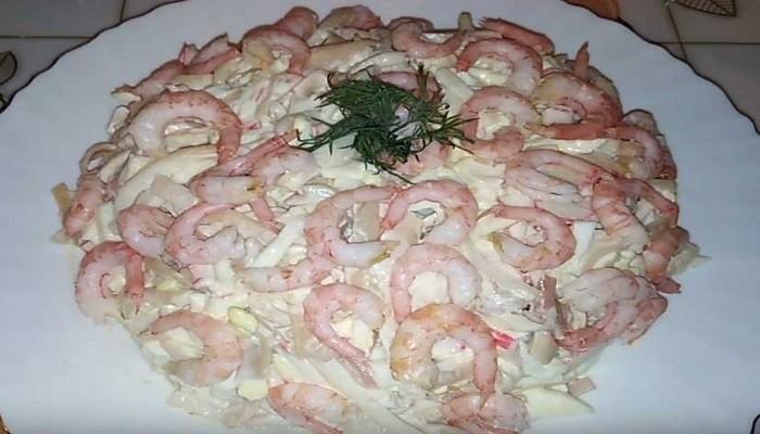 Салат с креветками, кальмарами и крабовыми палочками