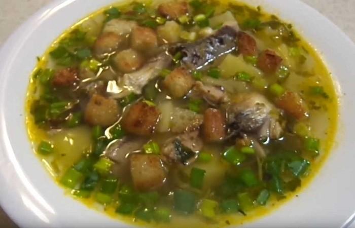 рыбный суп с сайрой и гренками