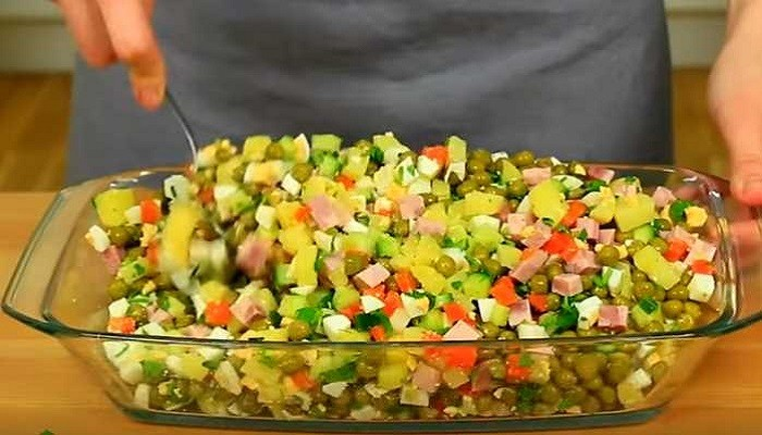 перемешиваем салат в салатнике