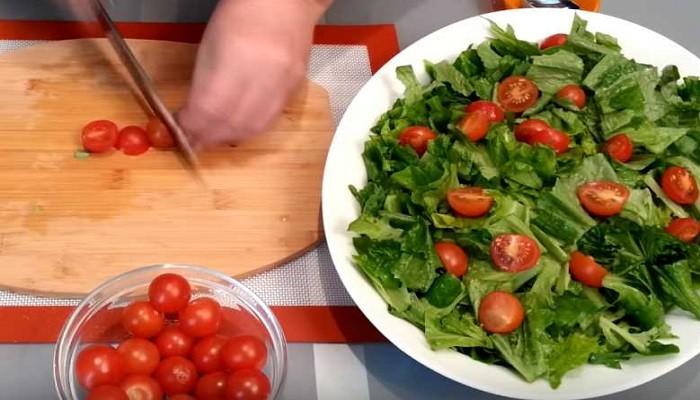 режем пополам помидоры черри