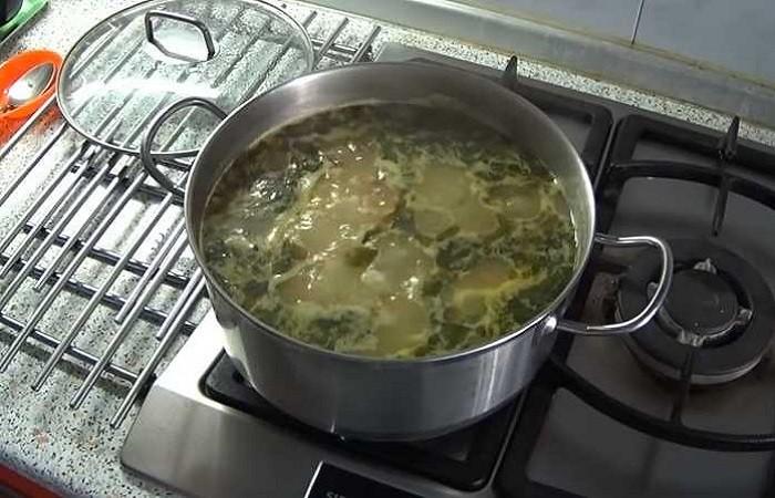 зелень в кастрюле с супом