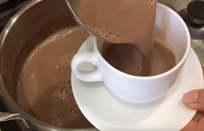 наливаем какао в чашки