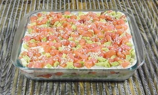 слой авокадо и лосося
