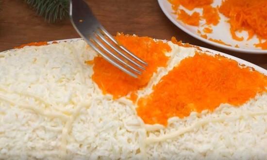 выкладываем морковь