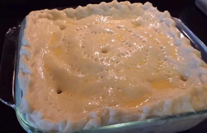 смазанный пирог в противне