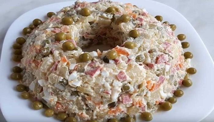 Салат зимний с копчёной колбасой