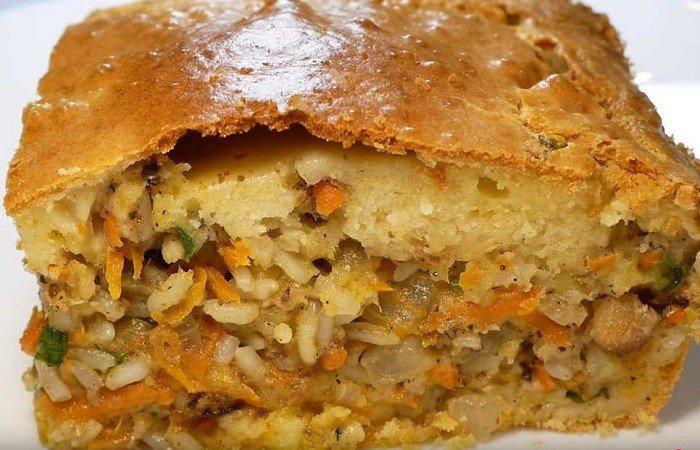 Рыбный пирог с консервированной рыбой и рисом