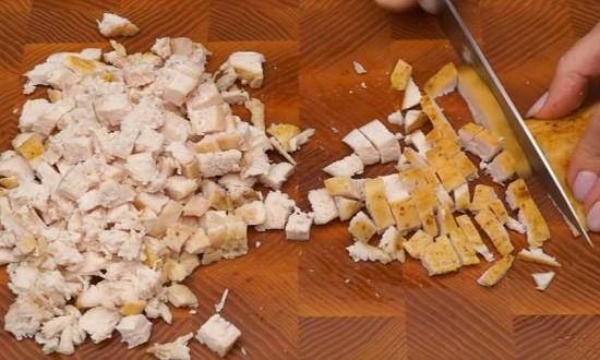 режем курицу на кубики