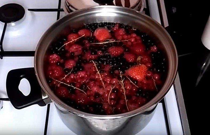 варим ягодный компот в кастрюле