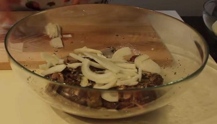 лук и чеснок в мясе в миске