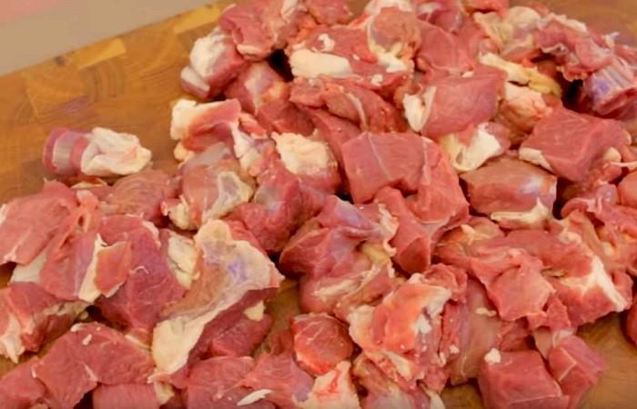 нарезанное мясо на кусочки