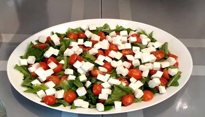 нарезанный сыр на салате