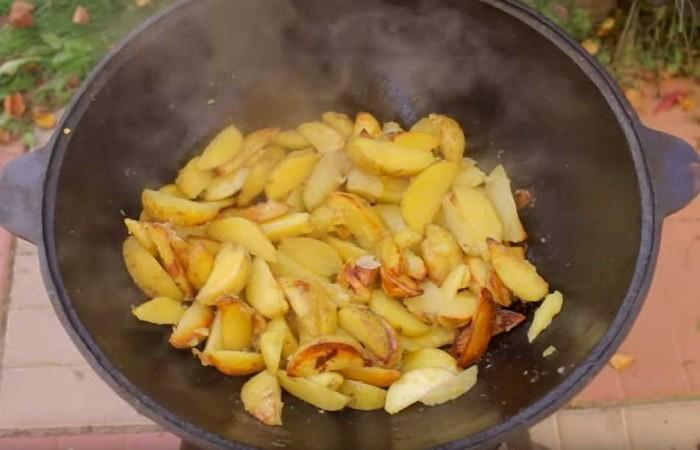 обжариваем картошку в казане