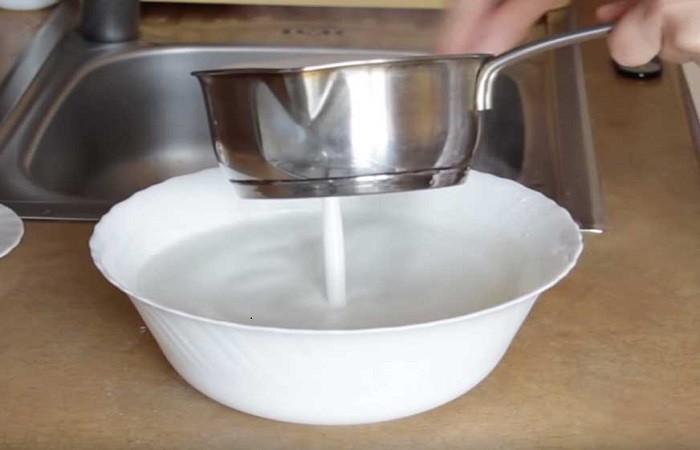 вливаем в тесто горячую сыворотку