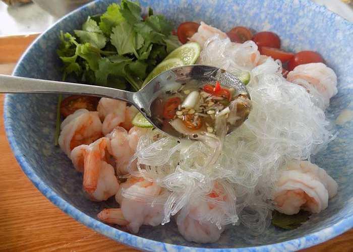 добавляем соус в салат