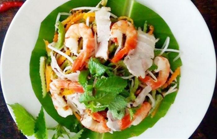 Салат с креветками, мясом и огурцом