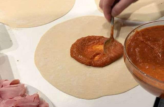 выкладываем томатный соус