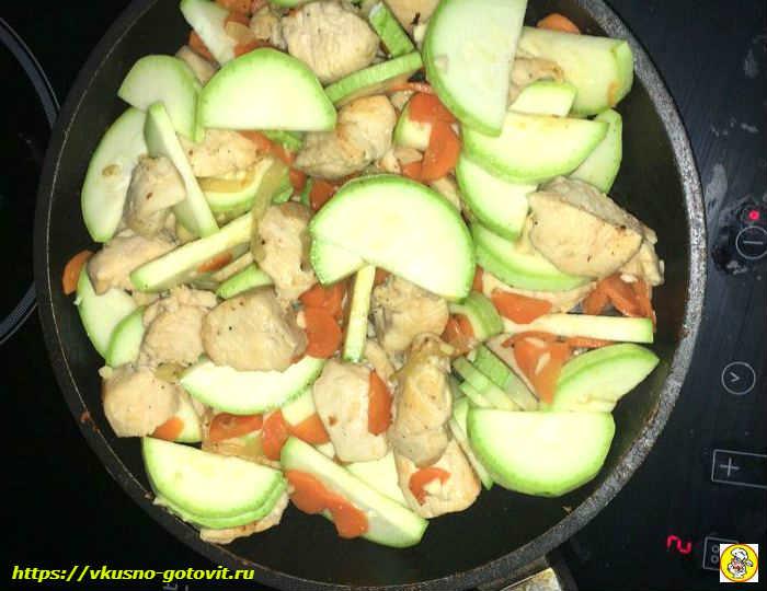 добавляем кабачки в сковороду