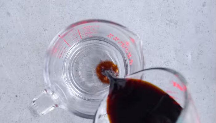соевый соус наливаем в воду