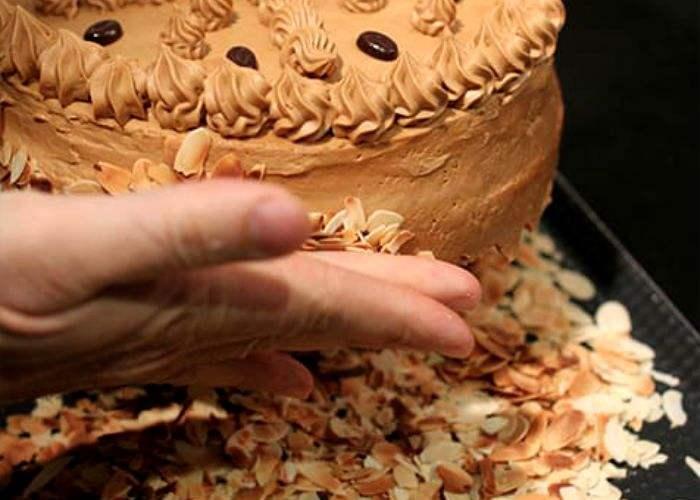 Обмазываем по бокам торт