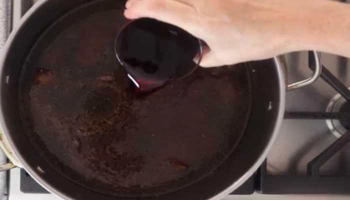 наливаем красное вино