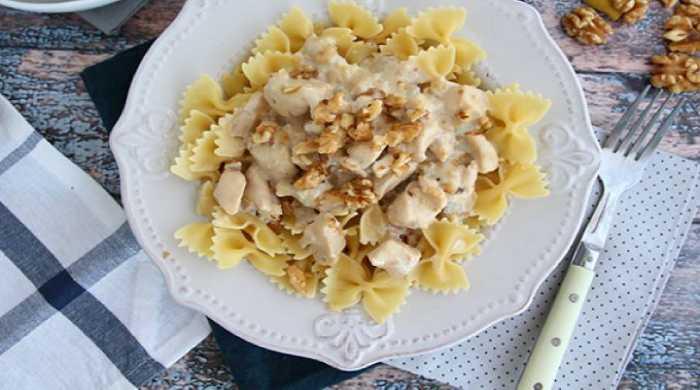 макароны с курицей и сырным соусом