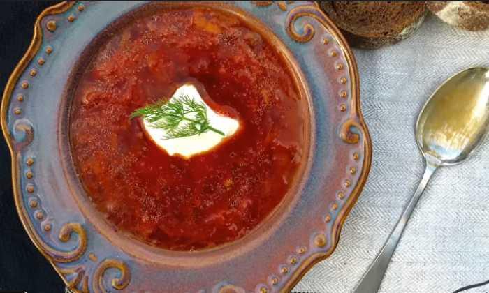 готовый борщ в тарелке