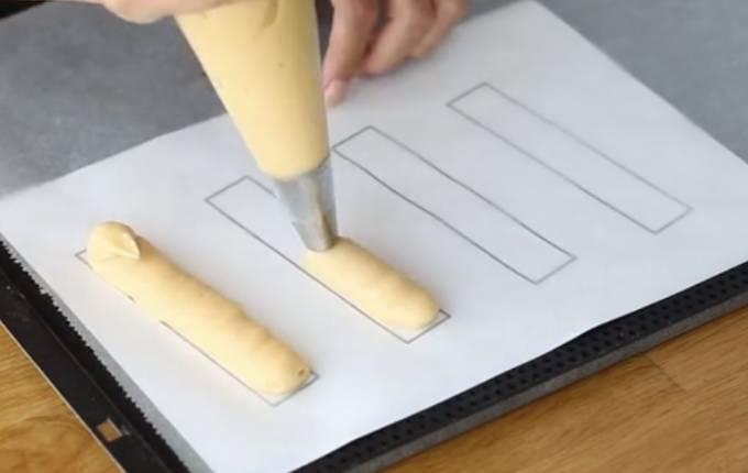 выдавливаем тесто на бумагу