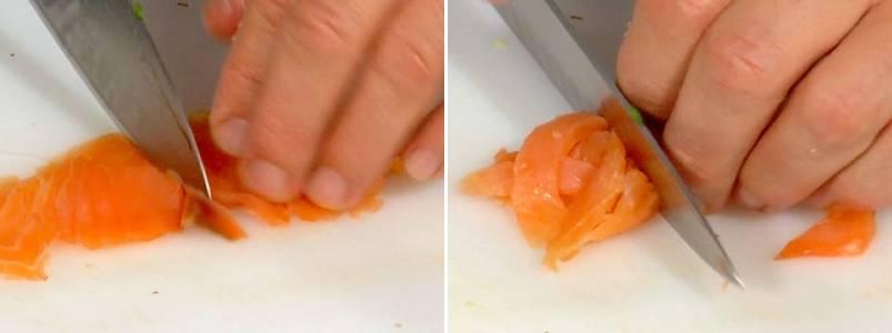 режем лосось на кусочки