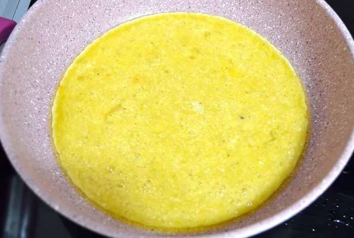 Омлет на сковороде с молоком и сыром — 5 простых рецептов с фото