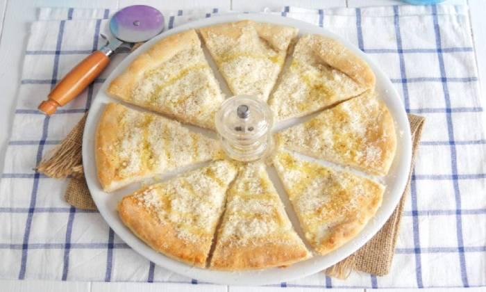 подаем готовую пиццу