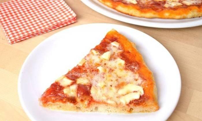 кусок готовой пиццы