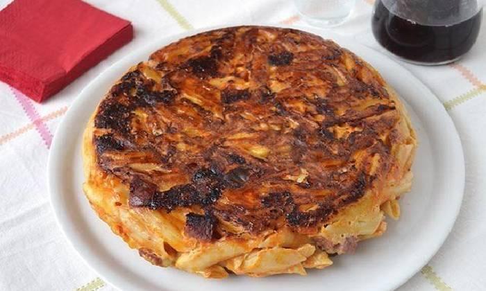 готовый омлет с макаронами и салями