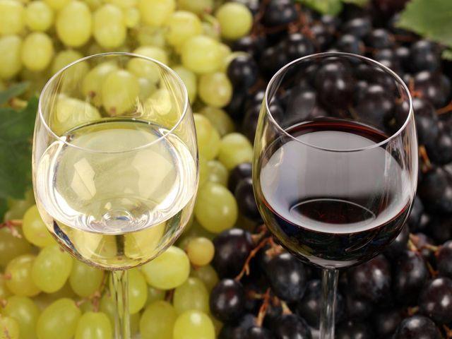 виноградное вино в бокалах